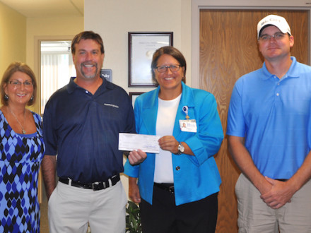 BOILERMAKERS DEL LOCAL 105 ENTREGAN UN CHEQUE AL SOUTHERN OHIO MEDICAL CENTER HOSPICE. Desde la izquierda: Sheila Riggs, Southern Ohio Medical Center Hospice; Schott Hammond, BM-ST, Local 105 (Piketon, Ohio); Teresa Ruby, SOMC Hospice; y Joe Ledford, presidente del comité de golf para el L-105.