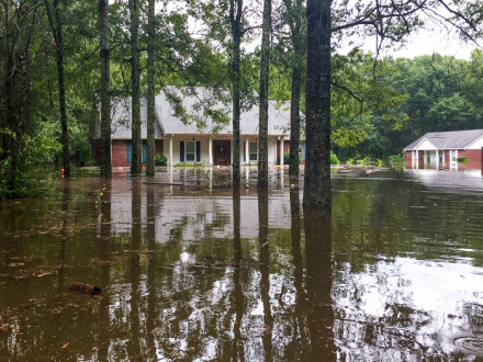 El hogar de Anthony Howell, izquierda, durante la inundación de agosto del 2016.