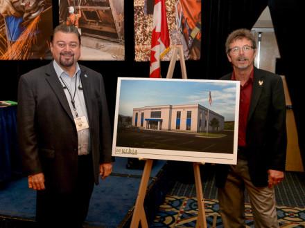 IVP-WS J. Tom Baca, izquierda e IR James Cooksey muestran una representación del centro de entrenamiento de Salt Lake City.