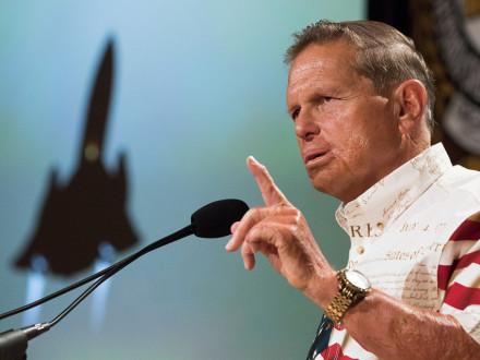 El mayor retirado de la Fuerza Aérea de los EE.UU., Brian Shul, describe su experiencia volando el avión espía SR-71 Blackbird.