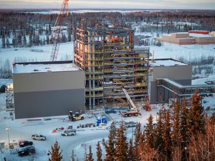 Boilermakers trabajando en la Universidad de Alaska, Fairbanks, construyen la única nueva caldera de carbón en los Estados Unidos.