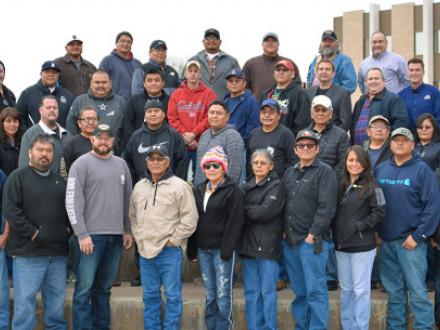 Treinta y cuatro miembros del L-627 y L-4 asisten a la capacitación Código Boilermaker y sindicalista/jurisdicción en Farmington, Nuevo México, del 17 al 18 de enero.  Jacob Evenson, BM-ST del L-627, está en la primera fila, quinto desde la izquierda.  Los instructores incluyen a los entrenadores del Código Ernie Dorsey, primera fila, a la izquierda, y Steve Speed, primera fila, a la derecha; y Richard Lerma, Asistente de Gerente de Negocios y entrenador sindicalista/jurisdicción del L-627, segunda fila, a