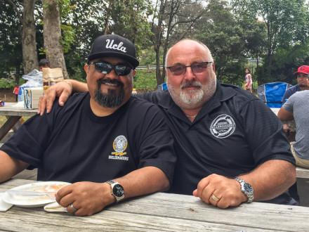 El jefe de representantes Chris Inez, a la izquierda, y el presidente del Local 344, John Hoggatt, en el último picnic de verano celebrado para los miembros de la logia empleados por Arcturus Manufacturing.
