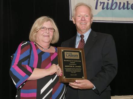 La presidente de AFL-CIO en Virginia, Doris Crouse-Mays, entrega el Premio de NoVA a la Excelencia en Liderazgo 2017 al presidente internacional Newton Jones.