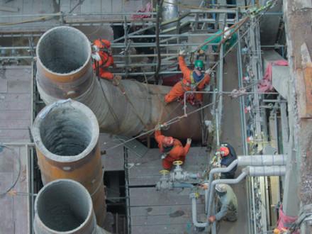 BOILERMAKERS APAREJAN UNA tubería vertical (usada para transportar catalizador y aceite) antes de instalar el nuevo reactor.