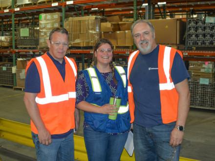 El representante internacional Dan Luhmann, a la izquierda, recorre las instalaciones de Attwood con el gerente de recursos humanos Jamie Orr y el presidente del L-M7, Mark Babcock.