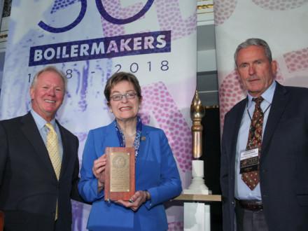 La representante Marcy Kaptur acepta el máximo galardón de los Boilermakers para un legislador miembro de la Cámara de Representantes de los Estados Unidos. Izq. a der., IP Newton Jones, la representante Kaptur e IVP-GL Larry McManamon.