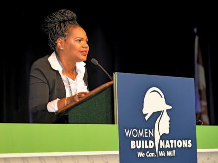La representante de la sede sindical Internacional Érica Stewart ayuda a presentar las sesiones plenarias en Women Build Nations.