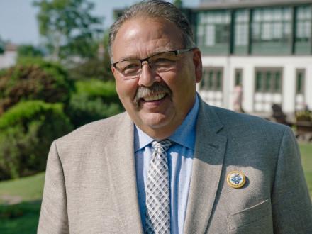 El representante internacional Emile Gareau