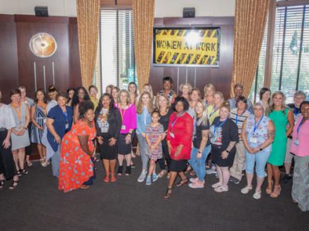Las participantes de Women At Work ™ lanzan el nuevo grupo de mujeres de los Boilermakers.