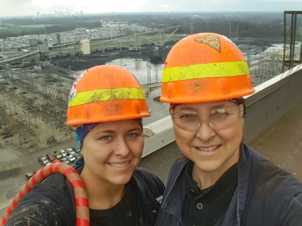 Jackie Chapman y su hija, Sydney, en el techo de la estación IPL Harding Street de Indianapolis Power & Light Company.