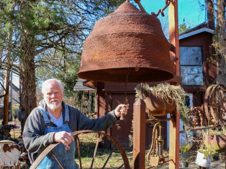 Ed McCormack, Boilermaker jubilado del L-592, hace sonar su última pieza de escultura: una campana de hierro que pesa alrededor de 180 libras. Fotografía: Patrick Ford, editor de Okmulgee Times.