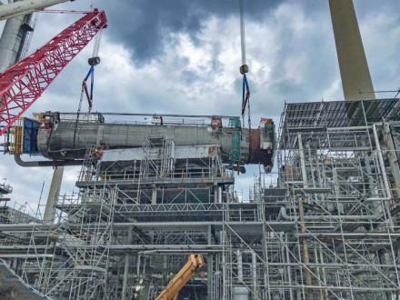 Los Boilermakers manipularon parte de una torre de 166 pies que sufrió una falla estructural en Sarnia, Ontario. Los miembros de L-128, L-555 y L-73 retiraron la torre de manera segura.