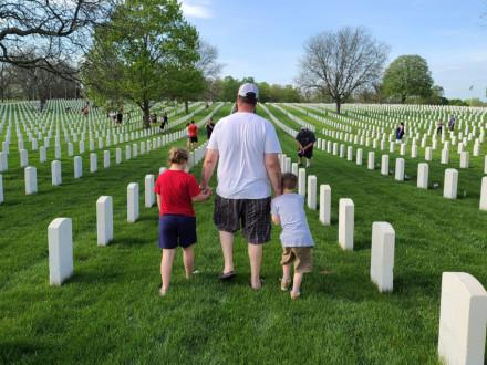 Fred Karol, con su hijo Silas y su hija Rorie, caminan por el cementerio Wood Memorial en el Día de los Caídos.  Photos courtesy of Amanda Karol