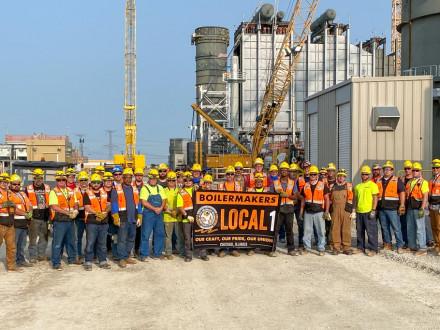 Los Boilermakers del Local 1 toman un descanso para una foto rápida en el proyecto Jackson Generation en Elwood, Illinois. Kiewit Power Constructors es el contratista del proyecto J-Power USA.