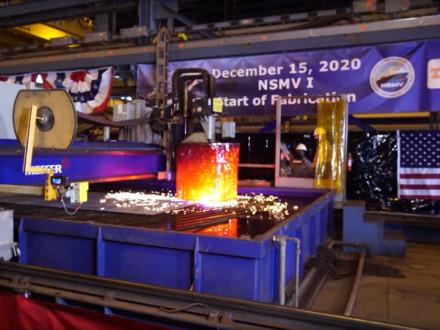 Una máquina de corte por plasma realiza el primer corte en una placa de acero. Las piezas se transportarán a una línea de ensamblaje donde eventualmente formarán parte de la quilla del barco.