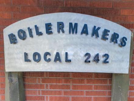 Keith Young crea un letrero para el Local 242 con una base hecha de rocas locales.