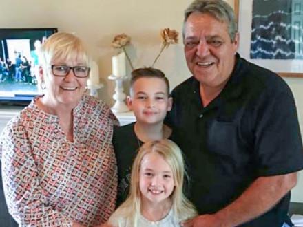 Garmon y su esposa, Terry, llevan casados más de treinta años. A ambos les gusta pasar su tiempo libre con sus cinco nietos (en la foto los mayores, Dallas y Annabelle) o practicar tiro a platos de arcilla.
