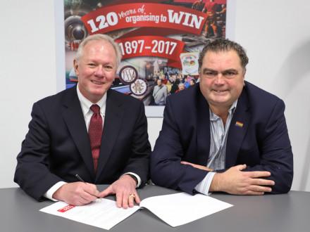 El presidente internacional Newton B. Jones, con el secretario general de TSSA Manuel Cortés, firma el acuerdo de asociación estratégica entre IBB y TSSA.