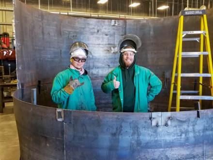 Los aprendices graduados del Local 627 Dakota Huffman (izquierda) y Thomas «T.J.» Clark en el Centro de Entrenamiento J.G. Cooksey en Salt Lake City, Utah.