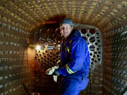 Matt Wallace enrolla tubos en la cámara de combustión.  Fotos cortesía de David Hooper, Western Vancouver Island Heritage Society