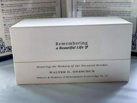 Cada familia recibe un recuerdo enmarcado del Ritual del Boilermaker y una planta en una caja con el nombre del Boilermaker y la inscripción «Recordando Una Vida Hermosa».
