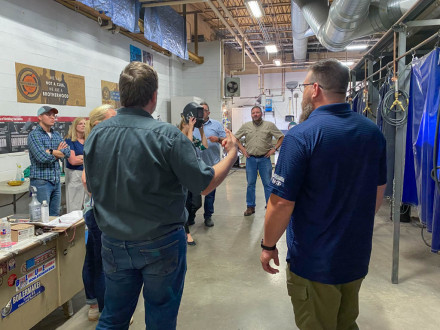 El coordinador de aprendices del L-83, Tom Burgess, explica a los educadores de varios distritos escolares lo que hacen los Boilermakers.