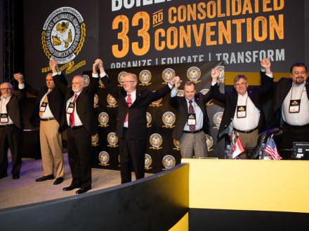 El Equipo de Liderazgo Comprobado se solidariza después de haber sido reelegido en la 33ª Convención Consolidada, en Las Vegas, el 18 de julio.