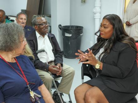 La directora de Desarrollo de Negocios de Bank of Labor, Alicia Paige, ofrece asesoramiento a los participantes en el programa Senior Crimestoppers.