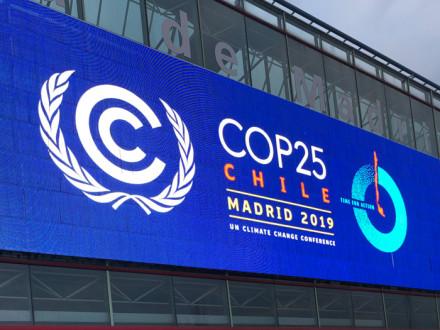 Miles de participantes de todo el mundo se reunieron en Madrid, España, para discutir las soluciones al cambio climático durante la COP25 de las Naciones Unidas. (El evento fue trasladado de Santiago de Chile a Madrid debido a los disturbios en Chile).