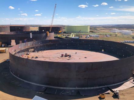 Los Boilermakers del L-146 y el L-555 construyen dos tanques de 245 pies de diámetro en seis meses.