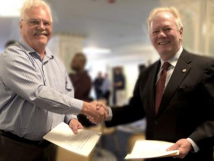 El presidente nacional de UWUA, Michael Langford, y el presidente internacional de los Boilermakers, Newton B. Jones, ejecutaron un acuerdo de afiliación el 8 de mayo en Chicago.