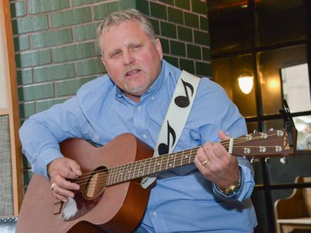 IR-CSO Monte Causey ofrece a una pequeña audiencia de Boilermakers dos tomas en una canción de Muddy Waters: blues y rock 'n roll.