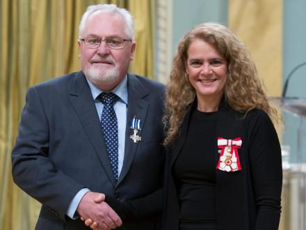 La gobernadora general de Canadá, Julie Payette, entrega la Cruz de Servicio Meritorio (División Civil) al IVP Joe Maloney el 12 de diciembre en Ottawa, Ontario. MCpl Vincent Carbonneau, Rideau Hall © OSGG, 2017