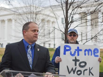 L-45 BM-ST Danny Watson, a la izquierda, habla en apoyo al proyecto propuesto por Atlantic Coast Pipeline el 30 de enero en el Capitolio del Estado de Virginia. Foto cortesía de Daniel Duncan, Departamento de Comercio Marítimo AFL-CIO