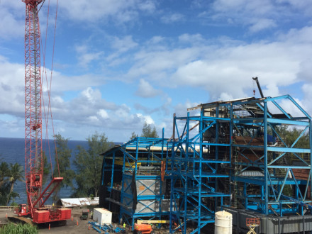 Los miembros del L-627 y los viajeros que trabajan para AZCO construyen una central de biomasa abastecida de combustible con eucalipto en la Isla Grande de Hawaii.