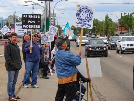 A los Boilermakers del Local 146 se les unen sus familias y miembros de la comunidad en el piquete frente a CESSCO. Los vehículos tocan la bocina en la concurrida carretera para mostrar su apoyo a los trabajadores excluidos.