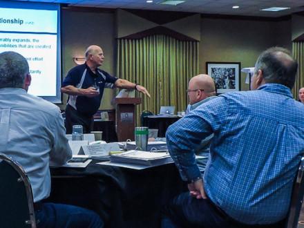 Gerry Klimo presenta un ejercicio de desarrollo de habilidades en el servicio al cliente.