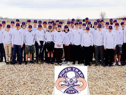 Diez miembros del equipo de tiro de Piper High School (Kansas City, Kansas), se colocaron entre los Cien Mejores de Todo el Estado de la Liga de Tiro a Blancos de Arcilla de las Escuelas Secundarias del Estado de Kansas. El equipo de Piper está patrocinado por la Hermandad Internacional de Boilermakers y Bank of Labor, entre otros.