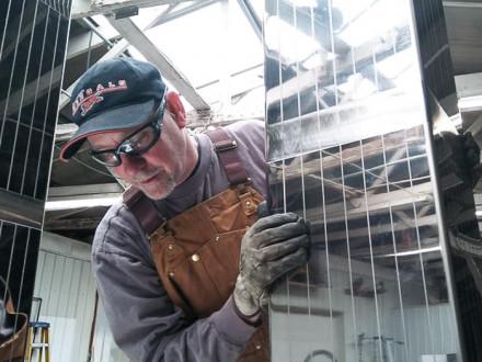Jim Stapf, del L-106, instala una réplica de acero inoxidable de las torres gemelas del World Trade Center en el monumento ambulante 911 Steel.  Foto cortesía de  Fred Anderson