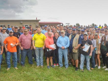 La masiva multitud en la undécima edición anual del Deportivo de Tiro al Plato de Arcilla de los Boilermakers de la Alianza de Deportista Sindicales de Kansas City se prepara para enfrentar la lluvia.