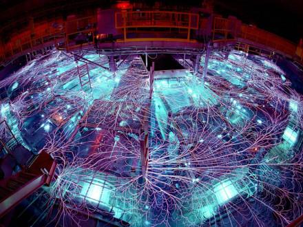 Arcos y chispas vuelan en la Máquina Z, el dispositivo eléctrico más potente del mundo, tras su remodelación por miembros de NTL y del Local 4.  Foto cortesía de Sandia National Laboratories