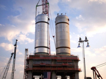 The second of two coker drums at the Marathon Oil Refinery in southwest Detroit is lowered into place. Photo by Terry Sullivan