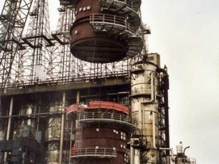 A shell section of a distillation tower (or fracturing tower) is set into place at the Chevron refinery in El Segundo, Calif., by L-92 members.  Photo courtesy of Nooter Construction.