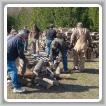 MIEMBROS DEL LOCAL D351 y otros voluntarios apilan leña para Wayne Woloszyk en Posen, Michigan.