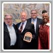 """IP NEWTON Jones recibe el """"Solidarity Forever Award"""" 2017 de Labor Heritage Foundation por preservar la historia y la cultura laboral.  De izquierda a derecha: James Boland, Bricklayers IP; IP Jones; Eric Dean, Ironworkers GP y Elise Bryan, directora ejecutiva de LHF."""