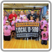 Los miembros del D500 van al bate por equipo de pequeñas ligas
