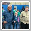 Los niños exploradores ganan un distintivo de mérito de Diseño y Construcción de Modelos al completar un proyecto de simulación de polipasto. De izquierda a derecha: Gary Bain del L-627, y los exploradores Henry Flatt y Nathan Schrepfer.