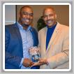 Terrence Nellum, del Local 693, a la izquierda, recibe el Premio <em>Hustle</em> de parte de Tee McCovey, director de relaciones públicas de <em>Mississippi United Way</em> para los condados de Jackson y George.