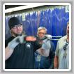 Nick Tokarz, del L-374, explica el proceso de forjado de martillos.